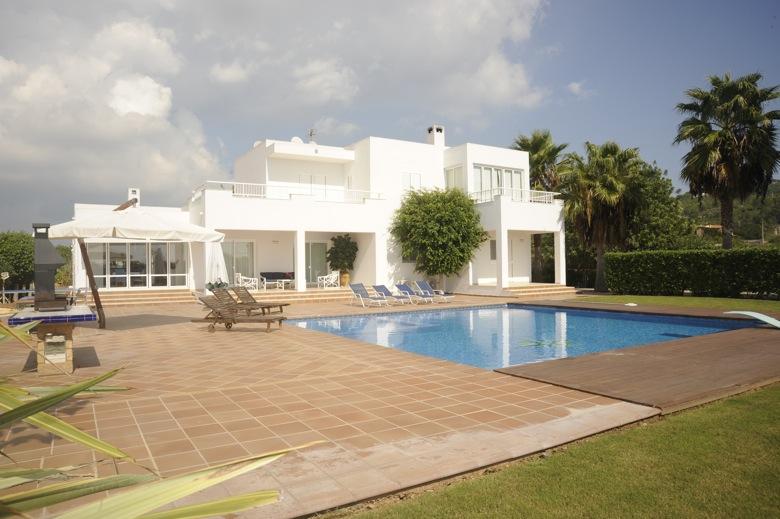 Venta se vende villa con jard n en jes s m2 parcela for El jardin de luz ibiza