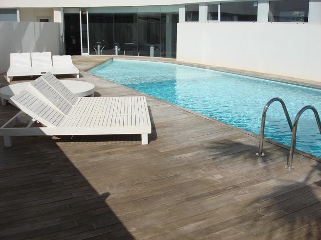 Venta duplex planta baja 2 dormitorios jard n privado for Piscina y gimnasio